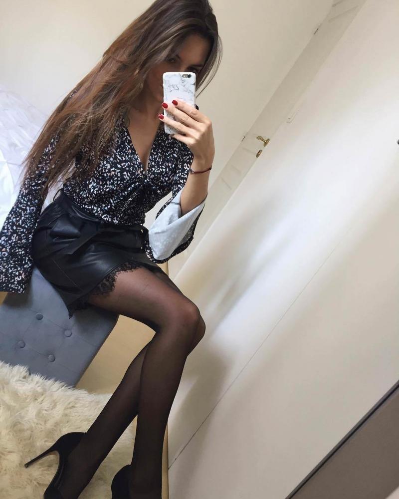 красивые ножки девушки в колготках