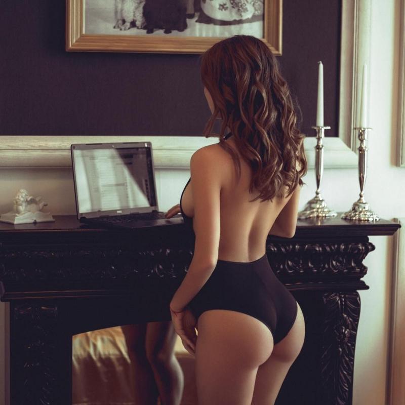 Beauty and the geek ass