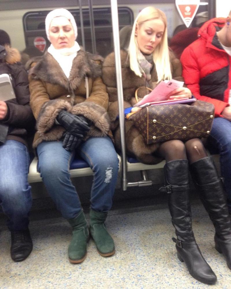 фотографии прикольно одетых людей в метро проходя красной дорожке
