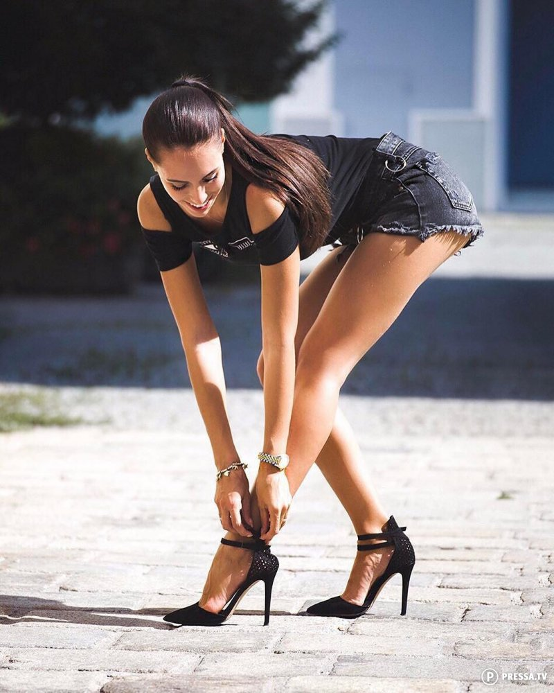 длинные ножки у девушки мальчики дают