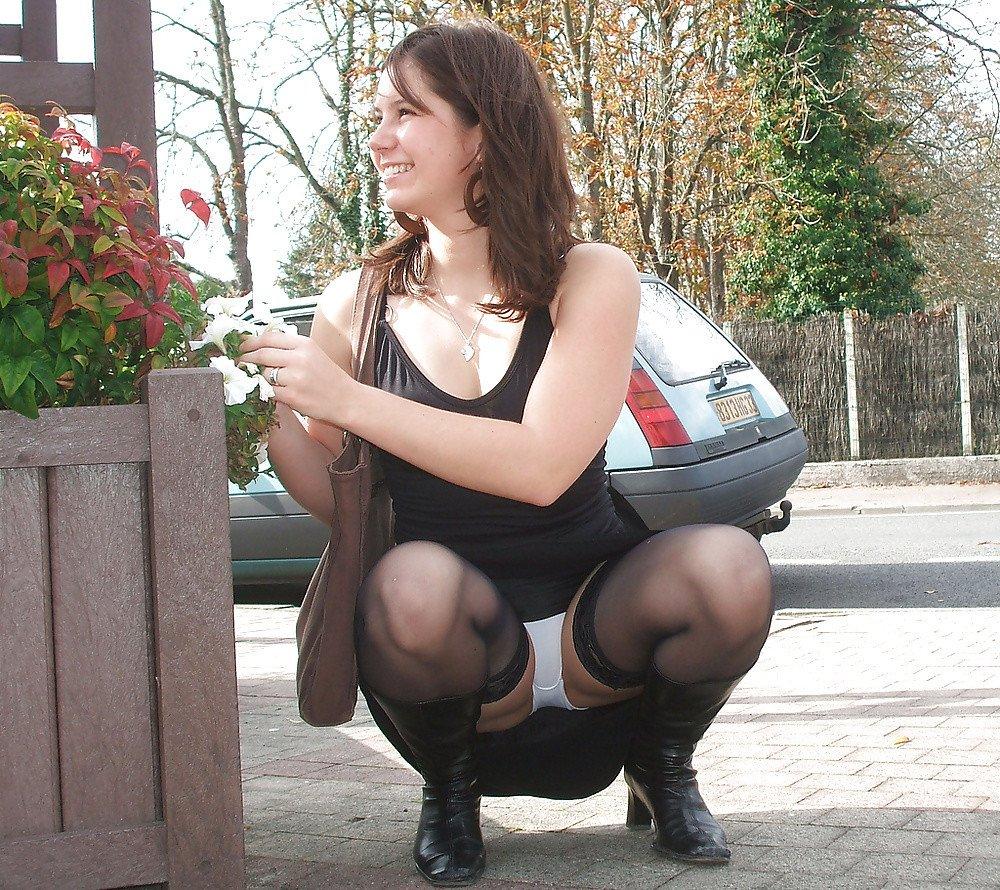 Фото девушки на корточках в трусиках, порно фото мусохрановой яны