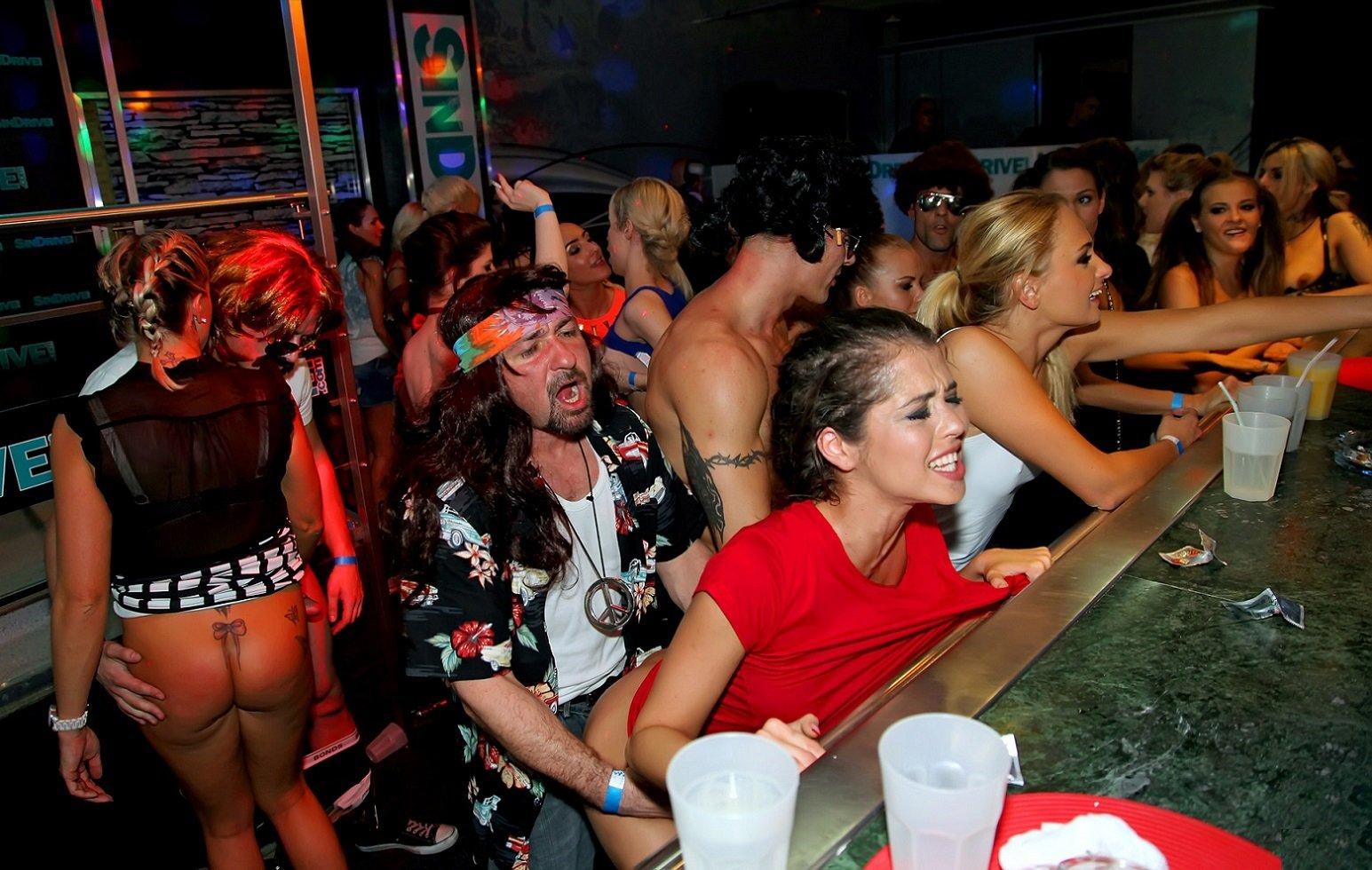 распух вечеринки с развратными женщинами подговорили