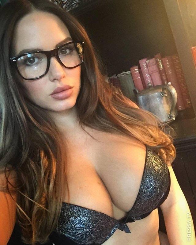 Сексуальная девушка в очках