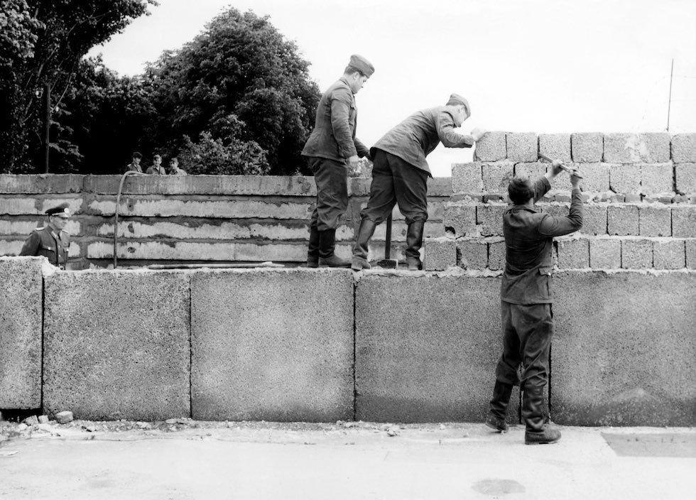 фото возведения берлинской стены армии