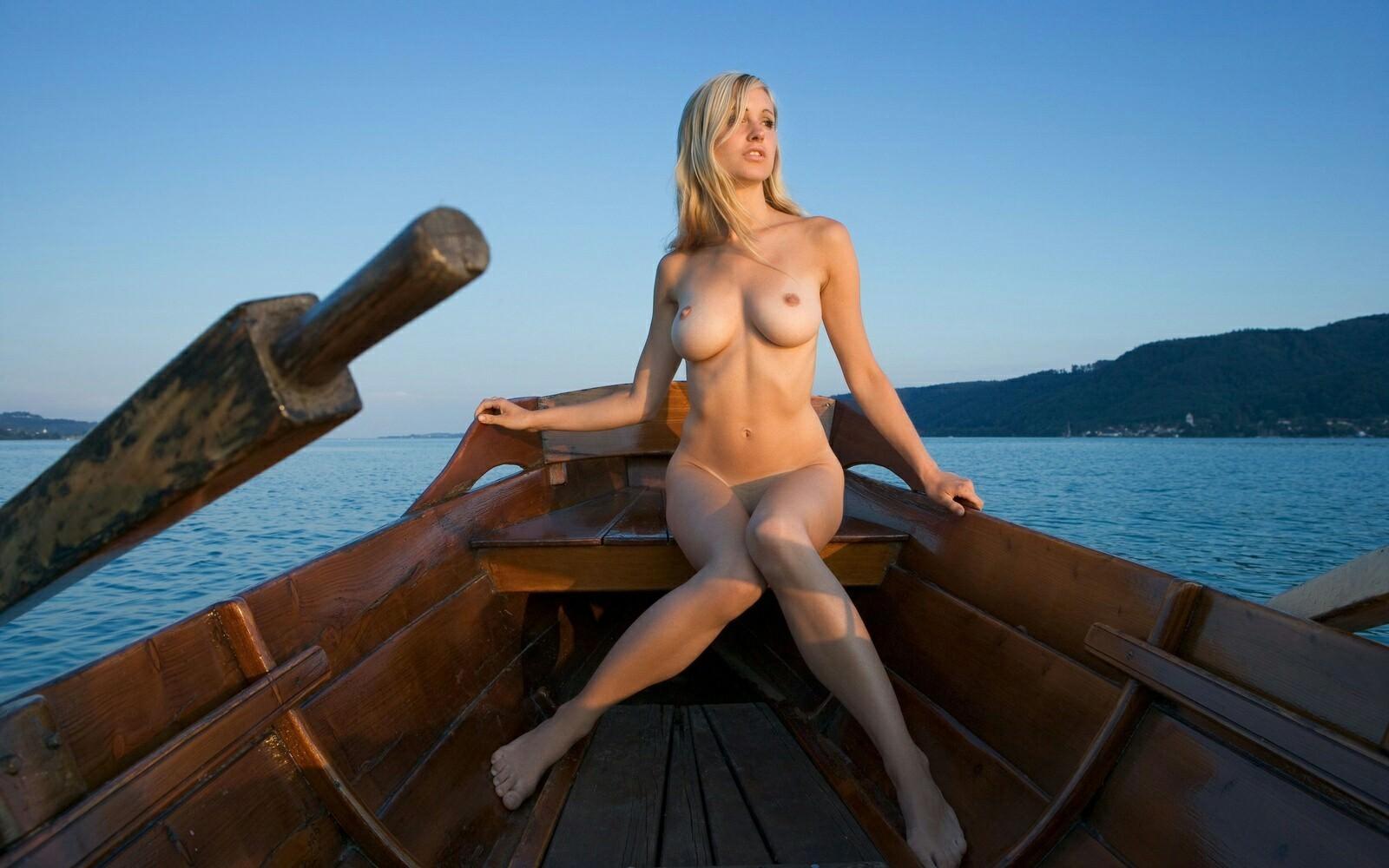 фотки голых девушек на корабле своим спанием