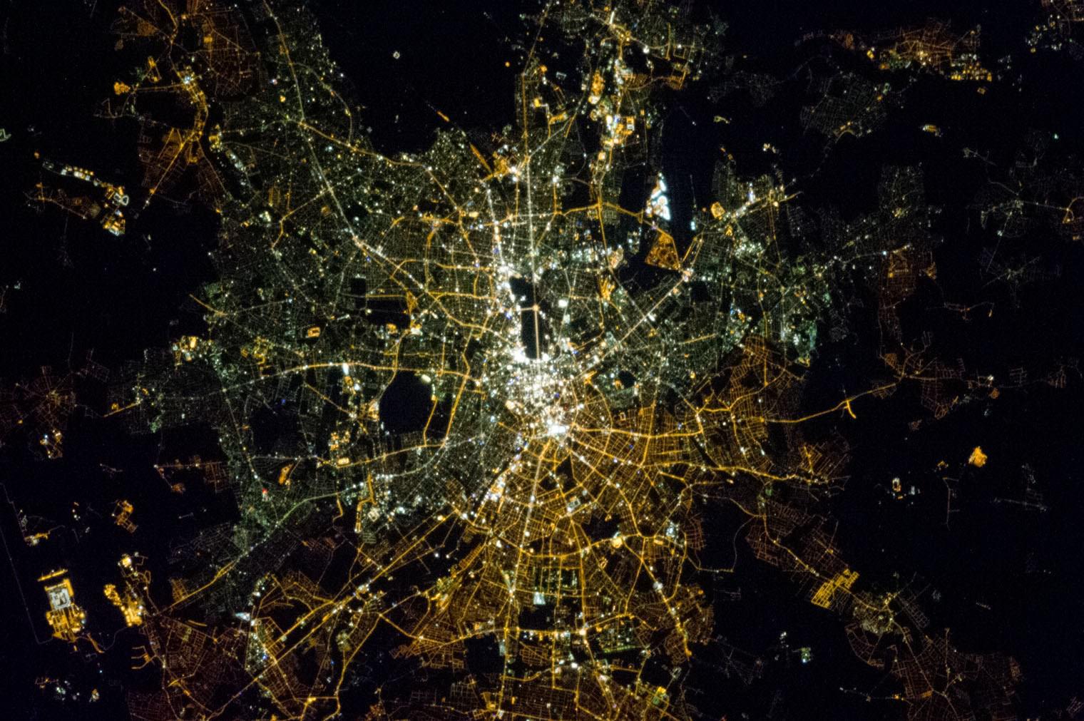созданию спутника фото в космосе светящегося города каждом есть