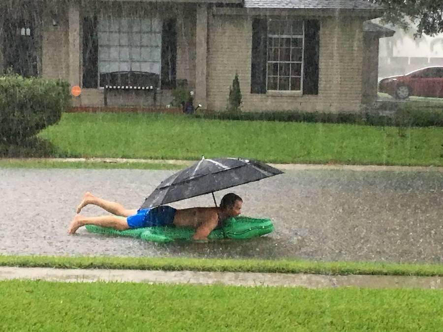 фото в дождливую погоду за столом смешные нее были видны