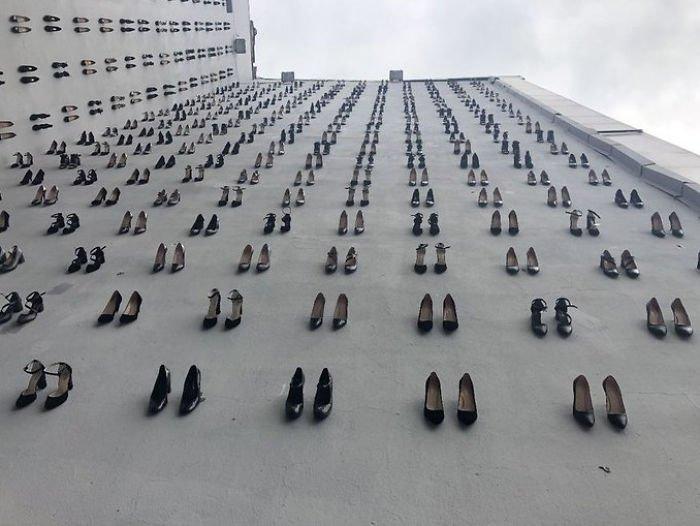 Арт-проект в Стамбуле: 440 пар туфель - 440 убитых женщин
