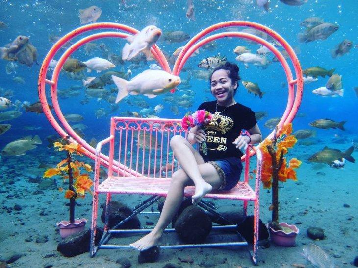 Деревенский пруд в Индонезии стал горячей точкой подводного селфи