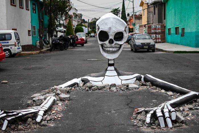 Гигантские скелеты на улицах Мехико, когда начинается празднование Дня Мертвых