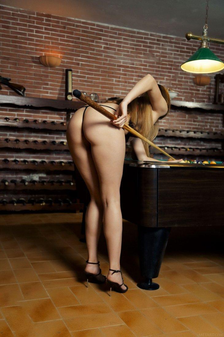 Мальвина играет в бильярд