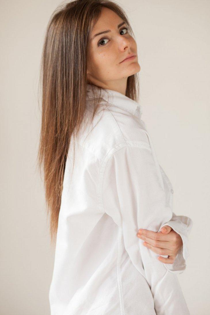 Элиза в белой рубашке
