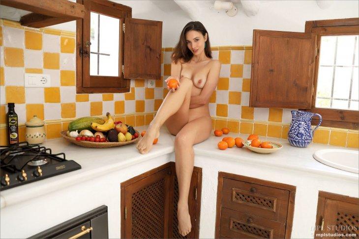 Брюнетка Калипсо на кухне