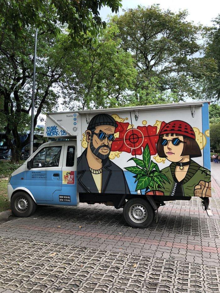 Продовольственные грузовики с веселыми граффити