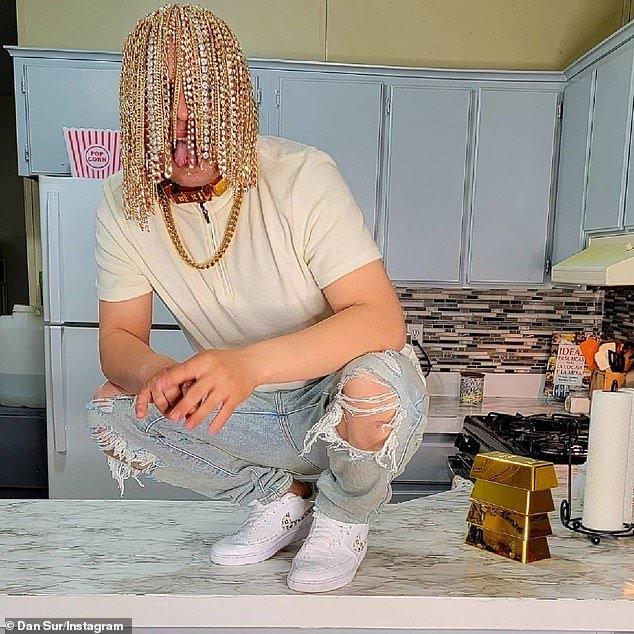 """Дэн Сур - рэпер, которому имплантировали """"золотые волосы"""""""